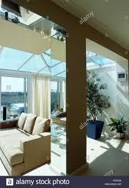 verspiegelte säule im modernen glas wohnzimmer erweiterung