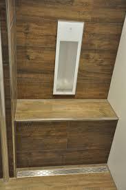 badezimmer mit fliesen in holzoptik passend sitzbank in der