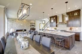 die offene küche mit hochwertigen geräten öffnet sich zum esszimmer und zum großen raum mit einem raumhohen steinkamin nordwesten usa