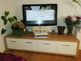 wohnzimmer tv bord und kleiner schrank