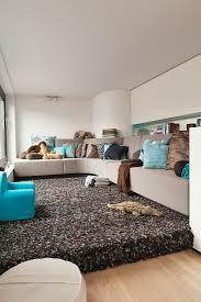 kleines wohnzimmer in braun und blau bild kaufen