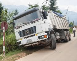 100 Big Truck Wrecks Accident Stock Editorial Photo Ligados 12059320