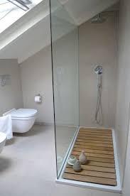 une salle de bain sous comble grise et lumineuse