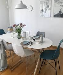 verschiedene stühle mit schlichtem skandinavischen design
