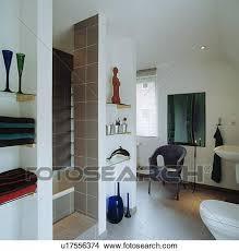 glas regale in nischen in modernes weiß badezimmer