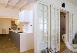 schiebetür zwischen küche und wohnzimmer aus holz oder glas