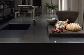 küchenarbeitsplatte aus nero assoluto reinigen schützen