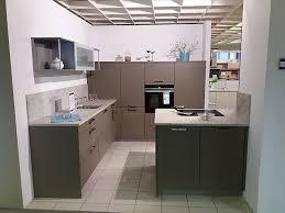 häcker musterküche küche mit 2 zeilen und halbinsel