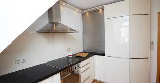 gestaltung einer küche mit einer arbeitsplatte in quarzstein
