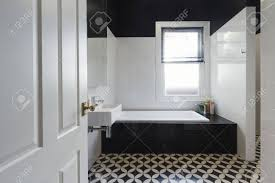 designer badezimmer renovierung mit schwarzen und weißen bodenfliesen horizontal