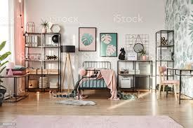 rosa dekorationen im botanischen schlafzimmer stockfoto und mehr bilder accessoires