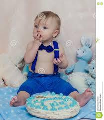 glückliches baby das kuchen für seine erste