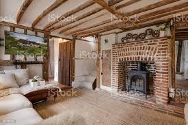 traditionelles ferienhaus wohnzimmer mit freiliegenden balken stockfoto und mehr bilder fernseher