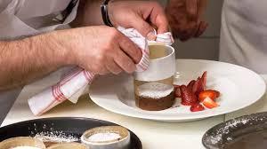 schokoladen kuchen mit flüssigem kern und erdbeeren