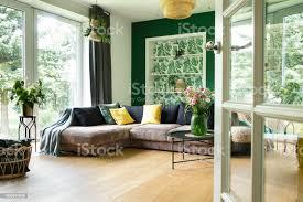 moderne und gemütliche wohnzimmer mit cord sofa kissen großes fenster zum garten hellen und sonnigen platz stockfoto und mehr bilder antiquität