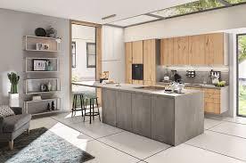 grifflose betonküche in kombination mit holzfronten