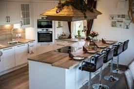 landhausküche mit halbinsel schreinerei sontheimer