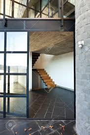 intérieur villa moderne balcon escalier en bois banque d images