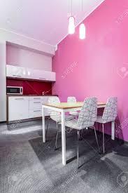 esszimmer mit küchenzeile in pink lackiert