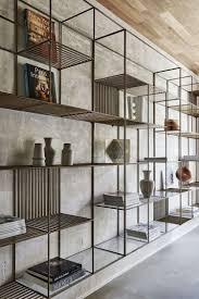 wohnzimmer sichtbeton wand metall regalsystem