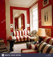 traditionelle rote wohnzimmer mit gestreiften sofas