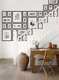 décoration murale mur de tableaux cadres et miroirs côté maison