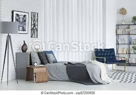 graues schlafzimmer mit sessel graue le neben dem bett