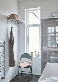 klappstuhl und garderobe im badezimmer bild kaufen