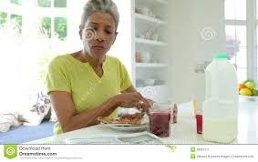 Une Femme Afro Américaine En Lisant Le Journal Femme D Afro Américain Mangeant Le Petit Déjeuner Et Lisant Le