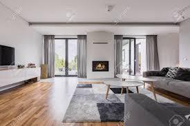 weißes elegantes wohnzimmer mit kamin tv couchtisch und zwei sofas