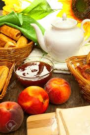 appetitlich kuchen aus blätterteig sind auf den holztisch mit frischem obst marmelade pfirsichen und leckere zum frühstück eingereicht