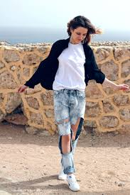 topshop ripped boyfriend jeans dkny black shirt reebok sneakers