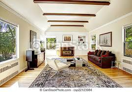 gewölbte decke mit braunen balken im wohnzimmer geräumiges