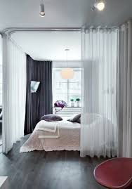 parquet pour chambre à coucher la séparation de pièce amovible optez pour un rideau dividing