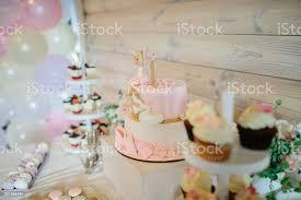bar eingerichtet mit süßigkeiten muffins und kuchen zum 1 geburtstag geburtstag eine feier aus stockfoto und mehr bilder baby