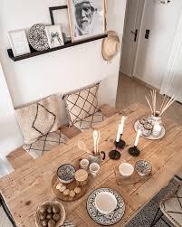 der perfekt gedeckte tisch mit marokkanischem geschirr und