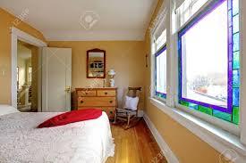englisch alten schlafzimmer mit gelben wänden und weißen bett