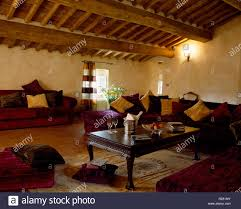 rustikalen holzbalkendecke in italienisch wohnzimmer mit