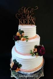 Traditional Wedding Cake with pillars and plates