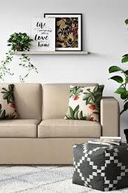 wohnzimmer in neutralen farbtönen mit tropischer dekoration