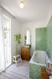 badespaß im spritzbereich schützen mosaikfliesen die wand