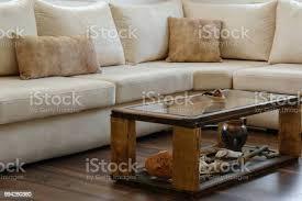 interior wohndesign komfortable moderne sofa in natürlichen farben und einem rustikalen holztisch mit antiken gegenständen stockfoto und mehr bilder