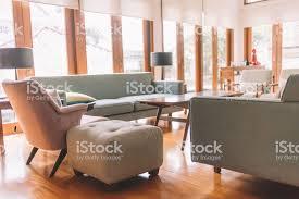 gemütliches wohnzimmer mit holzmaterial stockfoto und mehr bilder aufgeräumter raum