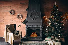 gemütliches wohnzimmer mit kamin und weihnachtsbaum