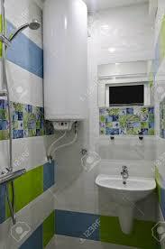 echtes kleines bad in blauen und grünen farben