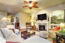 gemütliches wohnzimmer mit kamin und teppich wände in beigetönen