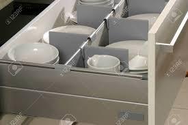 schublade mit platten in einer modernen küche