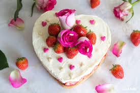 glutenfreie muttertagstorte mit weißer mousse au chocolat und erdbeeren