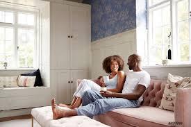 foto auf lager junges schwarzes pärchen das zusammen auf der im wohnzimmer sitzt kaffee trinkt und sich am morgen unterhält schräg in