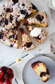 schwedischer mandelkuchen mit roter grütze hey foodsister